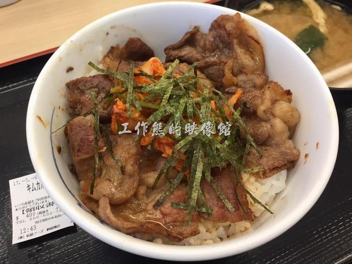 日本名古屋-松屋。泡菜五花牛肉蓋飯,日幣490円。白飯上面蓋上牛五花泡菜及海苔,每一份套餐都會再配上一碗味噌湯,以價格來說算是相當划算。其牛肉吃起來跟在台灣吃燒肉的感覺差不多,不過這裡的米飯吃起來的感覺就是比一般台灣的優,這也是很多人來日本旅遊的感覺。