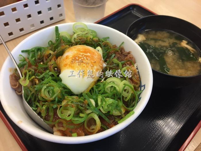 日本名古屋-松屋。這是加了蛋的爆量蔥花盬盬烤豬肉蓋飯,日本的煎蛋幾乎都不會將蛋黃煮到全熟,因為日本人喜歡將半熟雞蛋攪拌在米飯中食用,如果不敢吃半熟蛋的朋友,記得交代一下,不會日文,那我也沒辦法。
