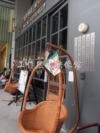 「A LITTLE MORE Café & Osteria 多一點咖啡」台南長榮店大門口的吊籃椅。