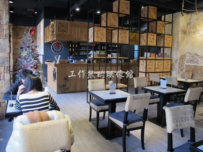 「A LITTLE MORE Café & Osteria 多一點咖啡」台南長榮店的內部空間,感覺還蠻有咖啡館的氛圍風格的,椅子的靠背可能是訂做的咖啡豆麻布袋風格。