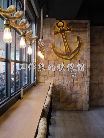 台南-多一點咖啡(a little more)早午餐。如果只有一個人,坐在「A LITTLE MORE Café & Osteria 多一點咖啡」台南長榮店的吧台其實也是個不錯的選項。