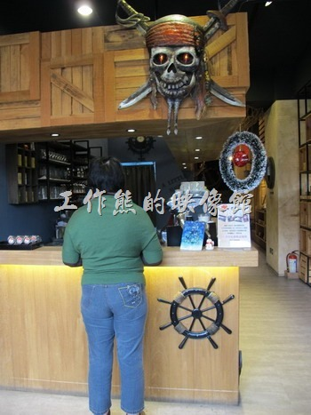 「A LITTLE MORE Café & Osteria 多一點咖啡」台南長榮店的點餐櫃台。