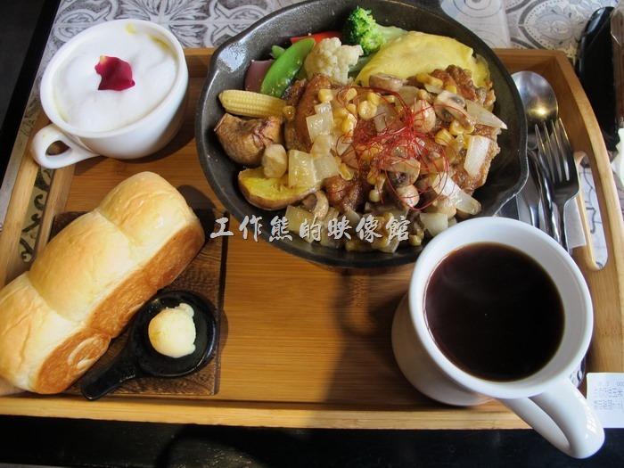 台南-多一點咖啡(a little more)早午餐。白酒奶油玉米蘑菇匯煎雞腿(附Mini土司),NT290。加點義式黑咖啡原價NT75,套餐折價NT50元,所以咖啡NT25元。套餐附有一杯南瓜濃湯,濃湯的上面放有一片玫瑰花瓣,這套餐還包含了一塊還不算小的Mini原味鮮奶土司。