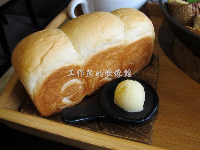 台南-多一點咖啡(a little more)早午餐。鮮奶土司麵包,這個麵包真的很好吃,建議趁熱先吃,旁邊有一駝奶油,視需要自己塗抹。