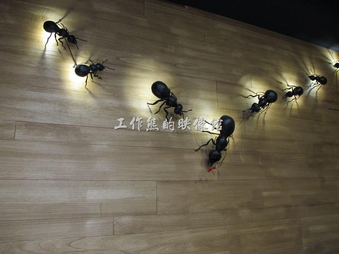 這間「A LITTLE MORE Café & Osteria 多一點咖啡」台南長榮店的內部裝潢用了好幾隻螞蟻燈,造型還蠻特殊的。