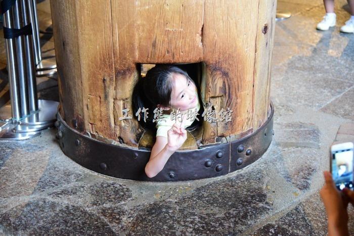 日本-奈良東大寺。女學生幾乎每一個都成功鑽過了「大佛的鼻孔」,只能說女生的骨頭比較小,身段比較柔軟,所以可以很容易鑽過這個小洞。