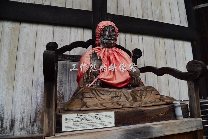 日本-奈良東大寺。這是江戶時代賓頭盧尊者的木雕作品,被擺放在東大寺的大殿外,遠遠的看讓人有些毛骨悚然的感覺,因為有點像是坐化的金身。
