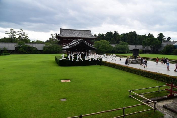 說真的工作熊個人還是比較喜歡東大寺大殿前的這片綠地,整理維護得很工整漂亮,讓人看了舒服。