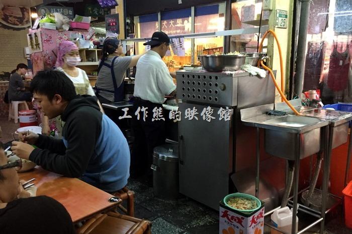 【福榮小吃店-阿瑞意麵.餛飩】的店面環境真的不是很好,但小吃攤一般就是這樣,想吃要有心理準備。
