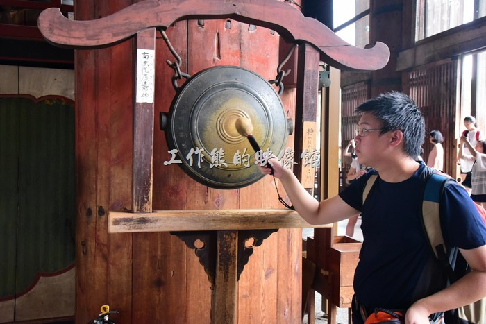 日本-奈良東大寺。在「奈良大佛」的旁邊有個銅鑼可以敲,但是大家都不敢太用力,就怕吵了別人。