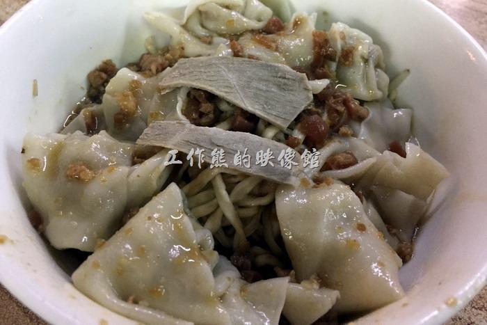 台南-福榮小吃店-阿瑞意麵餛飩。餛飩乾意麵,NT70。這碗麵的價值應該在餛飩,因為總共放了八顆餛飩啊!意麵當然也是特色之一。