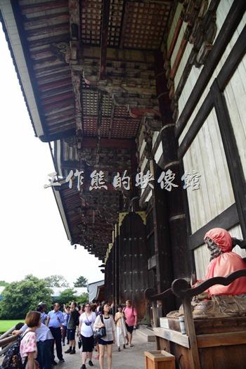 東大寺大殿門口景色。