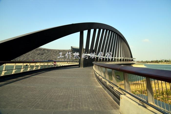 這是連結故宮南院展覽館與遊客中心穿越人工湖的橋樑,弧形的步道橋,建築時嘗試用鋼骨來呈現竹子的寧靜,不過周遭太過於空曠,剛才反而給人有點肅殺的味道。