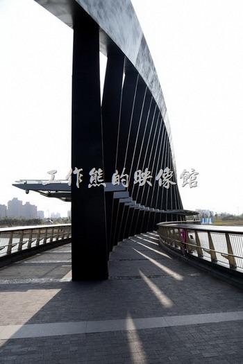 從故宮南院的展館往遊客中心方向看,配合陽光的光線,其實這坐步道橋別有一番風味。