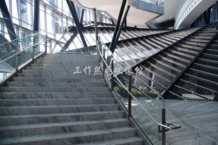 故宮南院展館的一惻使用片裝鋼骨建材,讓陽光可以自然的灑落進室內,又平添幾何線條。