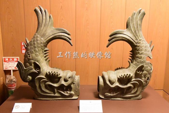 名古屋城天守閣屋頂上的「金鯱(ㄅㄨˊ)」,金鯱最早是作為防火的象徵,因為早期的房子都是木頭建造的,非常怕火。後來這個金鯱漸漸地演變成了德川家光榮的權利象徵。