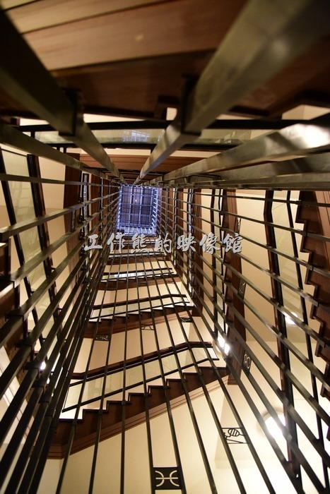 名古屋天守閣,從底層往上拍樓梯的樣子。