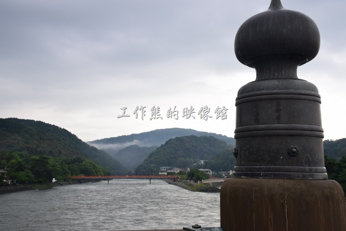 在平等院旁邊的宇治川中有一塊小島稱為「橘島」設有公園,可以上去參觀。這是從「宇治橋」上拍的照片。照片中的橋樑裝飾物叫做「擬寶珠」,它是日本傳統橋樑及神社建築中常會用到的裝飾,據說其特殊形狀是模仿至佛教的舍利壺。
