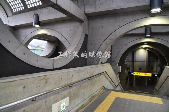 「宇治車站」也蠻有特色的,它採用清水模工法建造,呈現出圓弧型的視覺感。