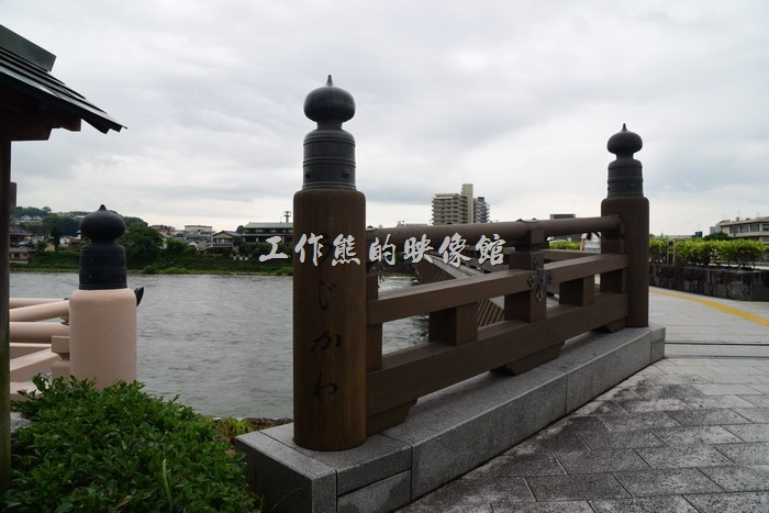 跨過這個橫跨宇治川的「宇治橋」就可以到達平等院的「表參道」。