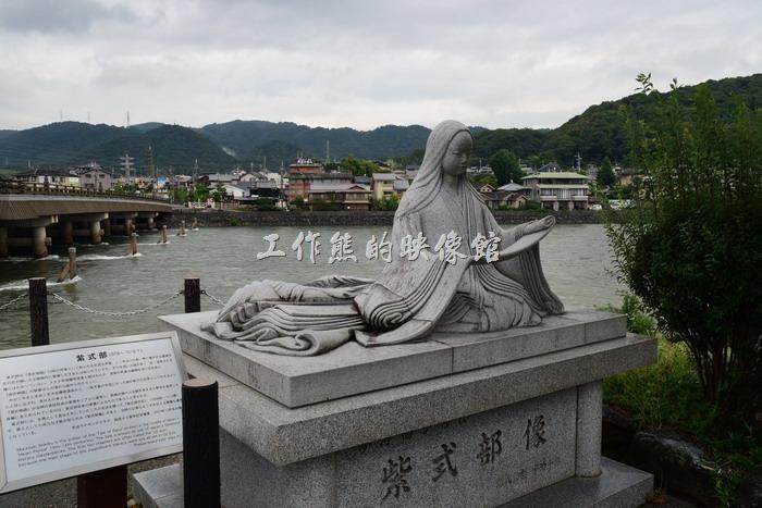 日本宇治-平等院。從車站走過來,跨過「宇治川」後,會看到一個「紫式部」的石雕座落在宇治川旁。「紫式部」為《源氏物語》長篇小說的作者,是日本知名的文學家。據說《源氏物語》是世界上最早的長篇寫實小說,也代表日本古典文學的高峰,所以「紫式部」在日本是知名人物。