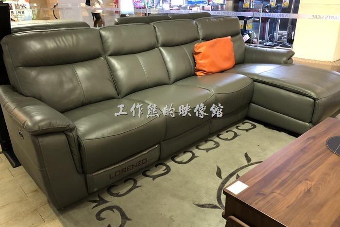 台南-羅蘭索。這張「L型沙發」就是我們看上下訂的沙發,這張沙發的特色是座椅寬度較小,但同樣的整體寬度有較多張椅子,L型可以依照客戶的需求訂製放置於最左邊或最右邊,含一張電動沙發。
