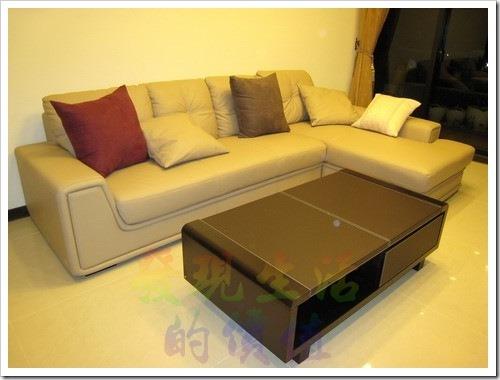 羅蘭索沙發。其他的家具還沒到齊,感覺有點孤單,但有了沙發就可以在上面稍作休息,L型沙發的好處是可以舒舒服服的躺著打個小盹,應該不錯吧。