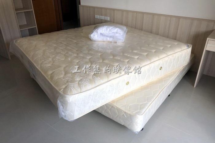 這是工作熊這次買的「Queen-Size」的雙層彈簧床,因為還沒有安床,所以搬運工人特意把上墊挪了一個角度,等到安床時把上墊靠齊就可以了~