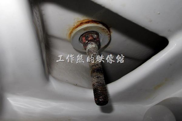 如何拆解馬桶蓋,馬桶螺絲生鏽了該怎麼處理?
