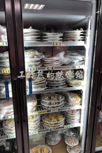這是【海魚翅火鍋】餐廳的食材自助區。放在室內的大冰箱內自取。
