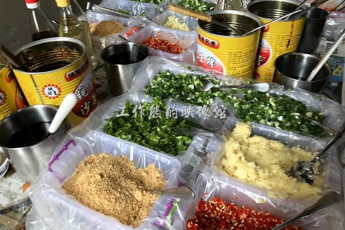 這是【海魚翅火鍋】餐廳的佐料自助區,有生辣椒、花生粉、蒜末、青蔥、醬油、醋、沙茶醬等,佐料區其實不只一處喔。