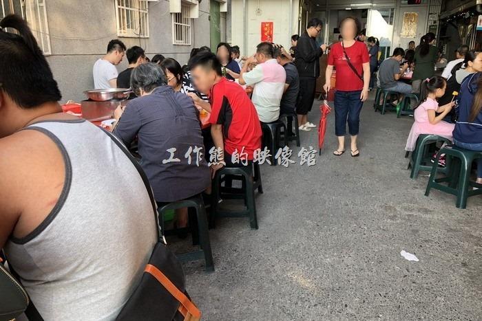 這是【海魚翅火鍋】餐廳的室外餐桌環境,因為營業時間從下午4點開始,基本上不會曬到太陽,但是沒有冷氣,有比較大的餐桌。