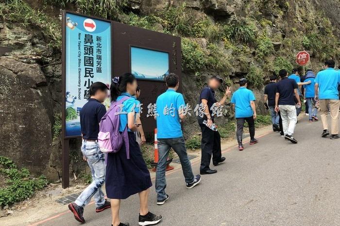從濱海公路旁「阿珠海產店」旁的山坡往上走到鼻頭國小
