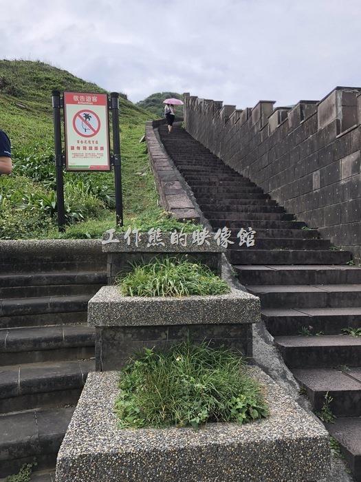 沿著「鼻頭國小」旁的階梯拾級而上,就是「鼻頭角稜谷步道」了,從「鼻頭國小」開始就可以欣賞的海岸風景~