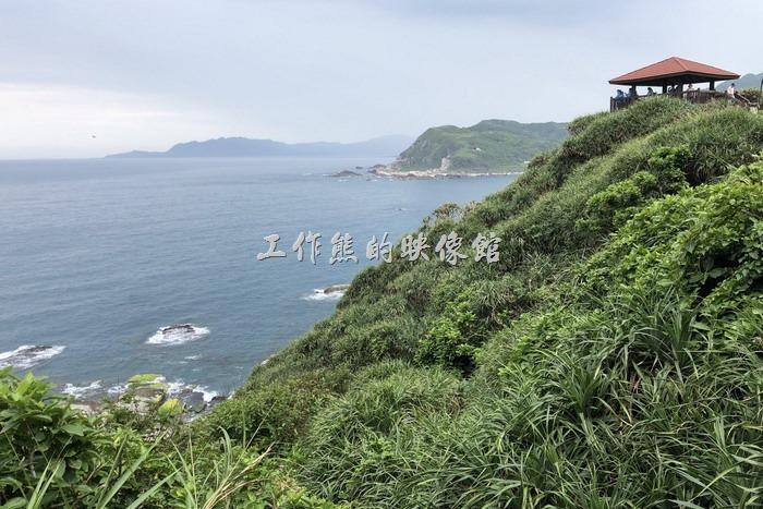 走在「鼻頭角稜谷步道」上遠眺超級無敵海景,心情好啊~