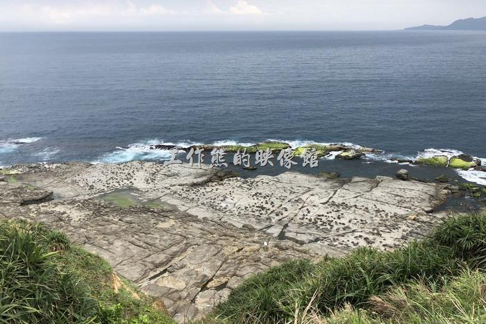 走在稜線上可以遠眺海按線的奇磷怪石與海岸邊鬼斧神工的海蝕平台與凹壁地形~