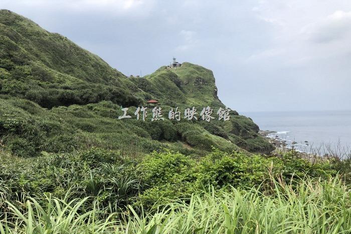 鼻頭角稜谷步道。沿途稜線有涼亭、羊腸小徑,蜿蜒曲折離奇~這越說越離譜了~