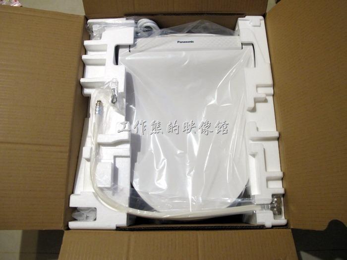 拆開【Panasonic DL-PH10TWS】包裝,裡頭有便座一個、進水軟管含分流水閥一條、墊片組、快速卡扣、膨脹施工螺栓組兩個、說明書及安裝手冊。