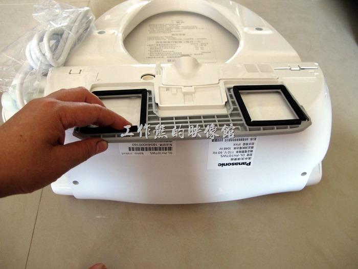按壓裝卸按鈕按到底不放,如上面圖示左右輕輕拉出「本體固定板」。