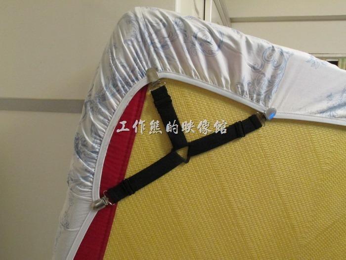 「床單固定扣夾」使用的時候必須把已經包好床單的床立起來,這點如果自己一個人做會比較吃力,尤其女孩子力氣小,建議找人幫忙一起做業,然後將「床單固定扣夾」固定在床墊背面角落處,如圖所示。