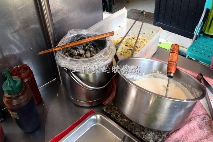 馬祖北竿橋仔村依嬤蚵嗲。這就是「伊嬤蚵嗲」(虫弟)餅的所有食材了,食材及工作其實很簡單。