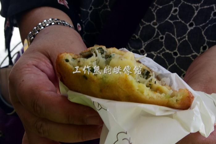 《馬祖美食》[特色小吃]北竿橋仔村的依嬤蚵嗲、(虫弟)餅、海蠣餅。【(虫弟)餅】是馬祖地區傳統的民間風味特色小吃,(虫弟)這個字唸作「ㄉㄧˋ」,現在有人將其視為與大陸福州的「蠣餅」同一類,又稱為「海蠣餅」。