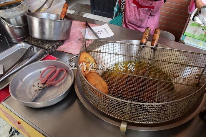 馬祖北竿橋仔村依嬤蚵嗲。依嬤的攤位備有剪刀,客人可以自己將(虫弟)餅剪開來散熱或分著吃。