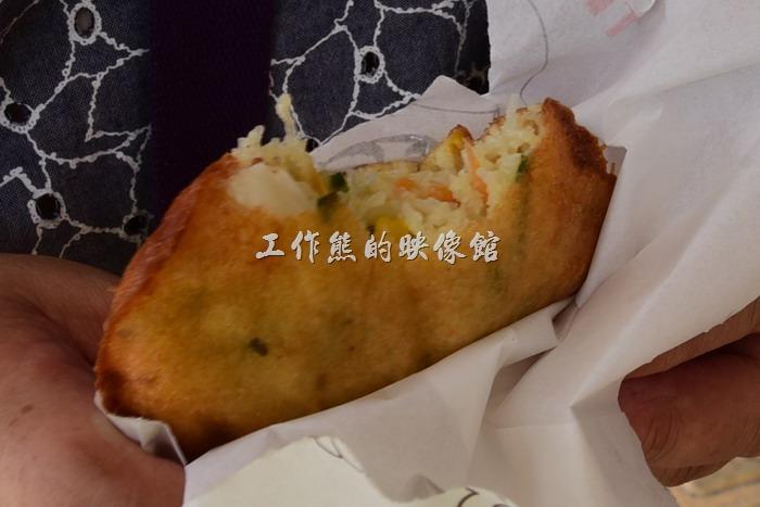 馬祖北竿橋仔村依嬤蚵嗲。工作熊個人建議食用時,加點辣椒或是甜辣醬會更具風味好吃。
