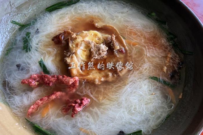 馬祖北竿鏡沃小吃部。這一碗則是馬祖當地著名的「老酒麵線」,麵線細如髮絲,比在台灣吃到的細線都還要來得細,上面放了幾塊紅糟肉,還有一顆煎到有點硬硬的荷包蛋,最後淋上了馬祖的特產老酒,酒香、蛋香、米線等香味混合在一起,讓人銷魂!