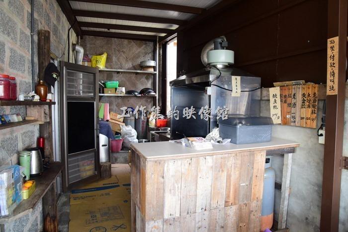 馬祖北竿「鏡沃小吃部」的裝潢也很簡單,基本上就是只有一張圓桌及一個靠窗的類吧台,基本上座不了幾個人,客人多的時候必須拿號碼牌等叫號。