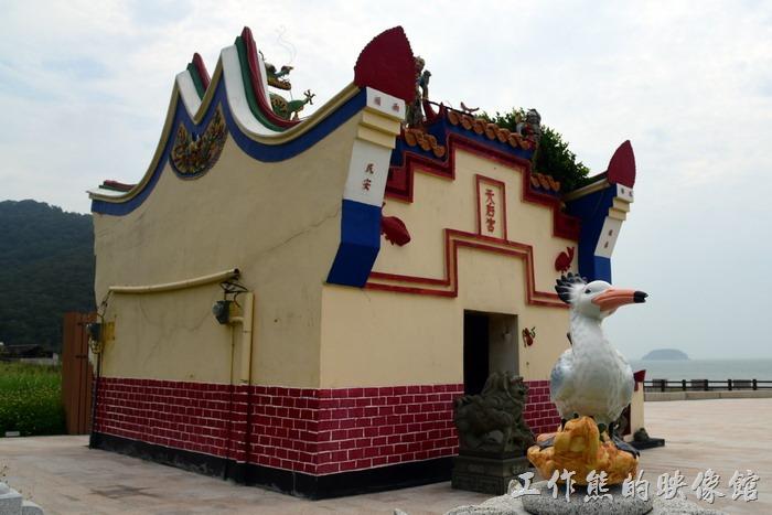 馬祖北竿-阪里天后宮。這裡的建築特色會在廟宇的左右兩面山牆加高並且塗上火紅的顏色,目的應該是防火之用。