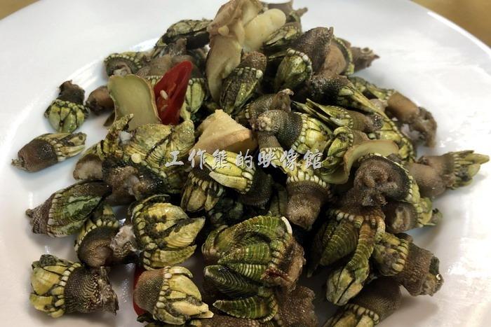 馬祖南竿-中新小吃。佛手,NT300。這似乎是馬祖的特產,工作熊在台灣幾乎沒有看過,因為其長相類似一隻手而得名,感覺有點特別,吃起來則類似「田螺」,它應該是貝殼類海鮮,聽說這在國外很貴。