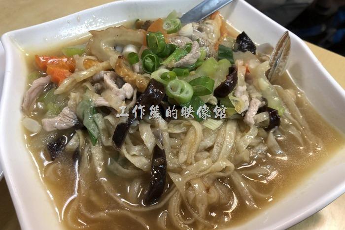 馬祖南竿-中新小吃。炒魚麵(小),NT190。用魚漿做成的麵,吃起的口感比麵粉做的麵要來得Q彈有味道。工作熊個人覺得還蠻好吃的。