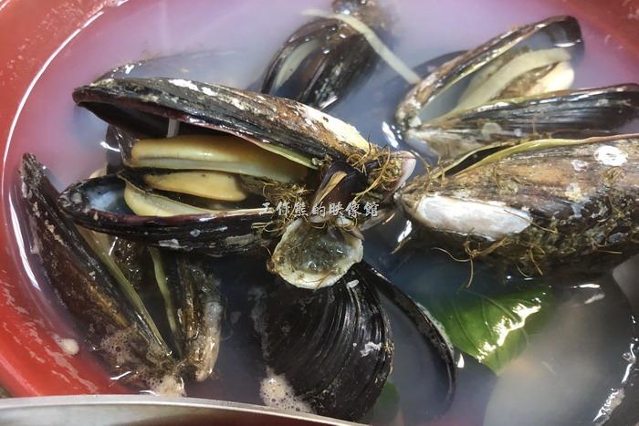 馬祖南竿-中新小吃。淡菜湯,NT250。這湯裡頭的淡菜真的好多顆,而且非常的新鮮好吃,在馬祖吃淡菜一定要吃有鬍鬚的才夠新鮮好吃,這是台灣的淡菜無法比的。